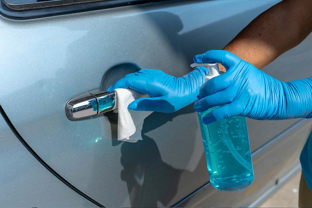 Desinfectando Areas de Alto Contacto en un Vehículo